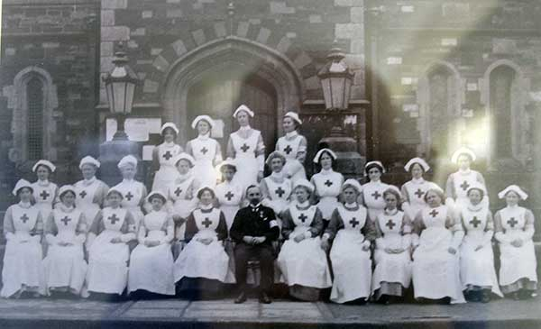 vad-nursing-staff-with-dr-w-thompson-outside-launceston-town-hall