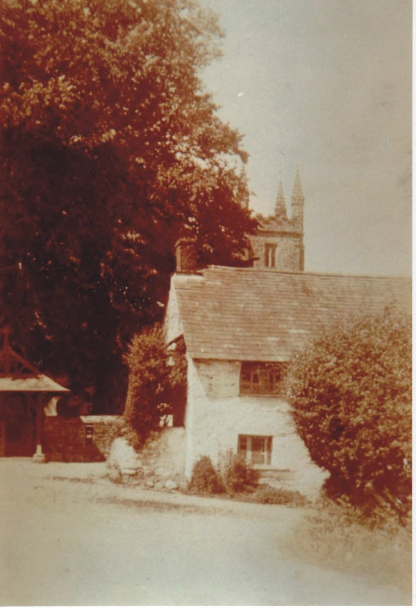 cottage-in-front-of-church-lezant