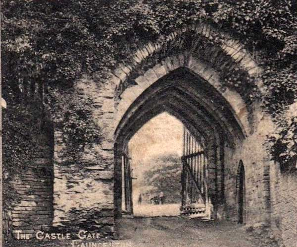 eastern-entrance-to-the-castle-in-1911