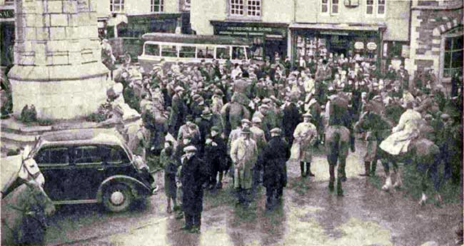 lamerton-fox-hounds-meet-new-year-1939-in-the-town-square