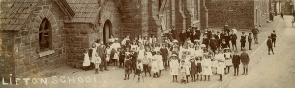 Lifton School children outside the old school c.1908.