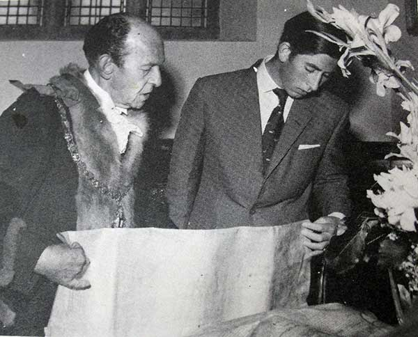 Mayor Frank Jordan shows Prince Charles some of the  Borough's ancient documents in 1970.