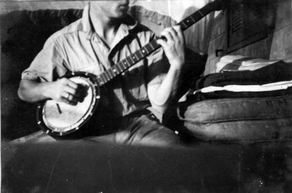 tom-barriball-playing-the-temlett-banjo-taken-in-egypt-1939-44