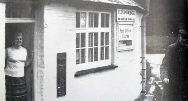 yeolmbridge-post-office-with-postmistress-barbara-body-and-a-customer-f-sandercock