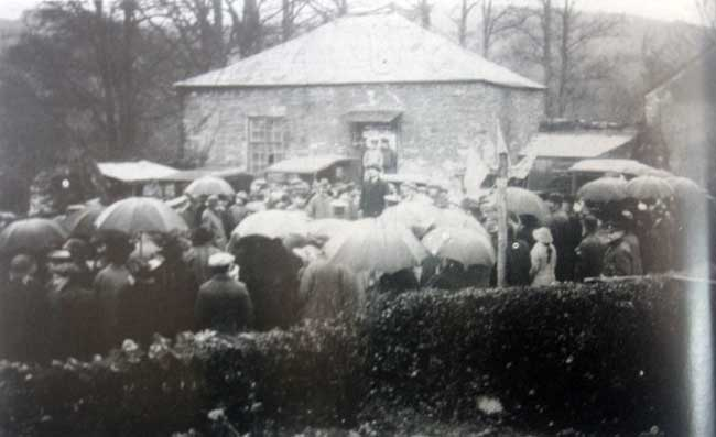 yeolmbridge-villagers-congregate-on-what-is-now-the-green-in-front-of-the-old-methodist-chapel-during-ww1