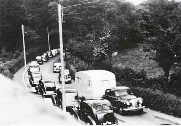 a30-holiday-traffic-in-the1950s-coming-up-kensey-hill