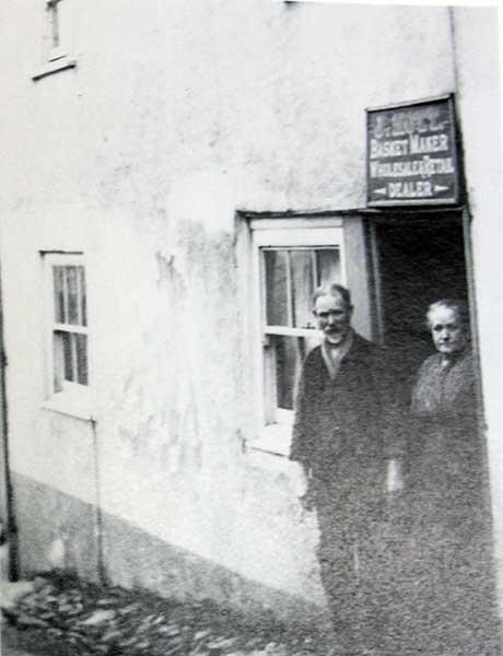 mr-nott-basket-maker-outside-his-shop-at-the-dockey-in-1920