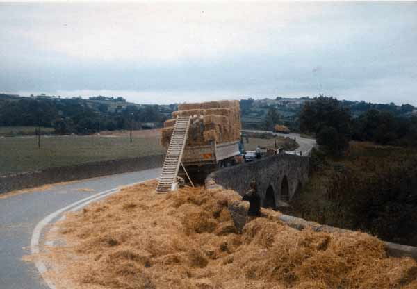 polson-bridge-e-j-neale-tipper-load-of-straw-not-to-well-secured-probably-1975-photo-courtesy-of-simon-harris