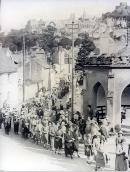 roman-catholic-procession-at-newport-in-the-1930s