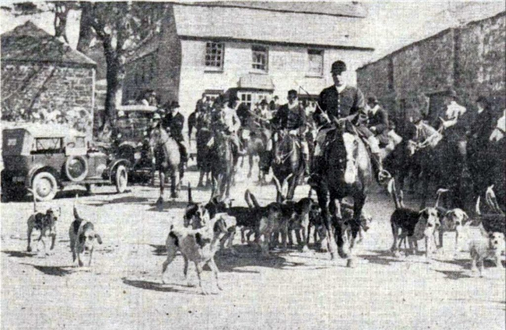 East Cornwall Hunt meet at the Kings Head in 1924.