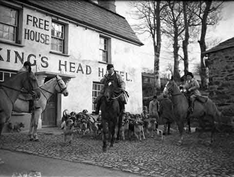 East Cornwall Hunt meet at the Kings Head in 1940.